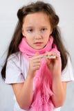 Il termometro in una mano della bambina gridante Fotografia Stock