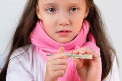 Il termometro in una mano della ragazza gridante Fotografia Stock Libera da Diritti