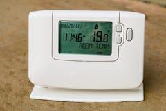 Il termostato programmabile del riscaldamento centrale ridurrà i costi energetici Immagini Stock