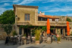 Il terrazzo a Carcassonne, una città del ristorante della sommità in Francia del sud, è un sito del patrimonio mondiale dell'Unes immagini stock libere da diritti
