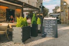 Il terrazzo a Carcassonne, una città del ristorante della sommità in Francia del sud, è un sito del patrimonio mondiale dell'Unes fotografia stock libera da diritti