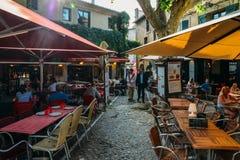 Il terrazzo a Carcassonne, una città del ristorante della sommità in Francia del sud, è un sito del patrimonio mondiale dell'Unes immagine stock