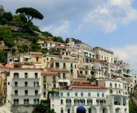 Il terrazzo di Amalfi alloggia la vista Buidings di pietra bianchi in Italia del sud Città di regione di Positano dalla linea cos Immagini Stock