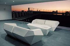 il terrazzo e la barra del tetto al tramonto albeggiano con un bello stagno di acqua piana e un paesaggio urbano eccezionale di n fotografia stock