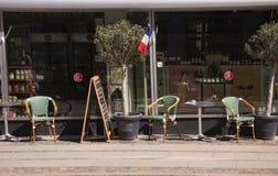 Il terrazzo francese del caff? pilota i tri colori davanti al ristorante ed al negozio Immagine esterna con le sedie, le tavole,  immagini stock