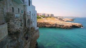 Il terrazzo trascura il balcone del mare - Polignano una giumenta - Bari - Puglia - l'Italia video d archivio