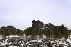 Il terreno boscoso al piede di granito oscilla negli altopiani Immagine Stock