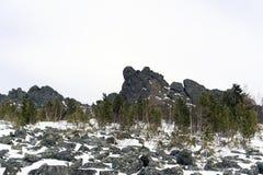 Il terreno boscoso al piede di granito oscilla negli altopiani Immagine Stock Libera da Diritti