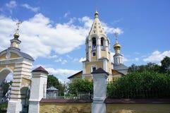 Il territorio di una chiesa ortodossa nella regione di Tver' Fotografia Stock