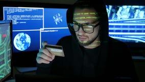 Il terrorismo del computer, ruba le finanze attraverso Internet, il sistema bancario fendentesi del pirata informatico criminale, video d archivio