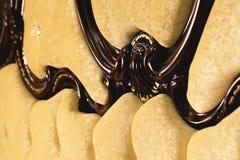 Il tessuto beige del primo piano ha ricoperto la testata con il fondo del tessuto dei bottoni, retro mobilia alla moda della came fotografie stock