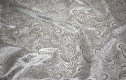 Tessuto con la tappezzeria metallica d'argento su bianco immagine stock