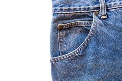 Il tessuto delle blue jeans con la tasca anteriore su bianco ha isolato il fondo Immagini Stock Libere da Diritti