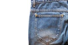 Il tessuto delle blue jeans con la tasca posteriore su bianco ha isolato il fondo Fotografia Stock