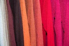 Il tessuto di seta di colori differenti copre il dettaglio del rivestimento Immagini Stock Libere da Diritti