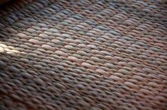 Il tessuto di un rattan asiatico naturale con i fili rossi fotografia stock libera da diritti