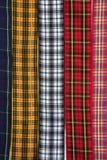 Il tessuto scozzese del tartan lega la priorità bassa con un nastro del reticolo Fotografie Stock Libere da Diritti