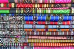 Il tessuto tailandese del panno ha strutturato la vendita nel mercato fotografia stock