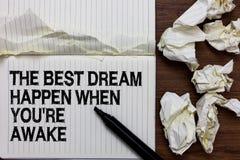 Il testo della scrittura che scrive il migliore sogno accade quando con riferimento a siete sveglio I sogni di significato di con fotografie stock