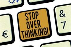Il testo della scrittura fa tappa pensare Concetto che significa evitare di pensare a qualcosa troppo o per la chiave di tastiera illustrazione di stock