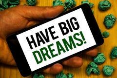 Il testo della scrittura ha chiamata motivazionale di grandi sogni Briciolo futuro del telefono della tenuta di Desire Motivation fotografie stock