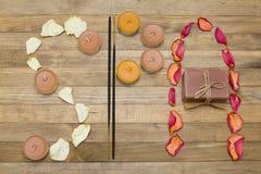 Il testo della stazione termale fatto di incenso del petalo rosa attacca la candela ed il sapone Fotografie Stock Libere da Diritti