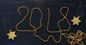 Il testo di oro borda 2018 su un fondo blu Perle e stelle dell'oro Priorità bassa festiva Fotografia Stock Libera da Diritti
