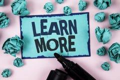 Il testo di scrittura di parola impara più Il concetto di affari per lo studio sviluppa più duro le nuove abilità che le abilità  Immagini Stock