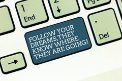 Il testo di scrittura di parola segue i vostri sogni che sanno dove stanno andando Concetto di affari per la chiave di tastiera d immagine stock libera da diritti