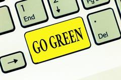Il testo di scrittura di parola va verde Il concetto di affari per prendere le decisioni più rispettose dell'ambiente come si rid fotografia stock