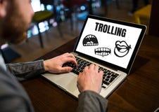 Il testo ed il fumetto di pesca a traina dicono i grafici sul computer portatile con le mani Fotografia Stock Libera da Diritti