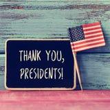 Il testo vi ringrazia presidenti in una lavagna e nella bandiera degli Stati Uniti Immagini Stock