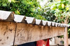 Il tetto è coperto della casa, tetto di vecchie mattonelle immagine stock libera da diritti