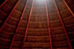 Il tetto è fatto di paglia Vecchio tipo del tetto Dettaglio storico immagini stock libere da diritti