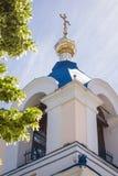 Il tetto della chiesa ortodossa con attraversa il cielo blu Immagini Stock