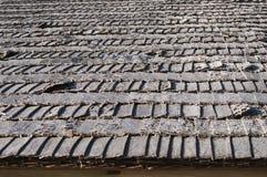 Il tetto di legno della tremula imbarca per la casa di ceppo al sole Fotografie Stock Libere da Diritti