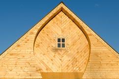 Il tetto di una casa di legno Immagine Stock