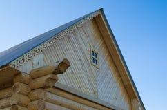 Il tetto di una casa di legno Fotografia Stock