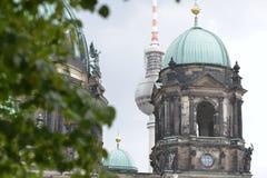 Il tetto di una chiesa a Berlino davanti alla torre radiofonica, Germania Fotografia Stock Libera da Diritti