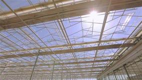 Il tetto di vetro di grande serra Il tetto della costruzione moderna dal fondo, il tetto automatico in archivi video