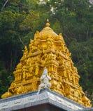 Il tetto dorato sul tempio indiano in Batu scava, Kuala Lumpur immagine stock
