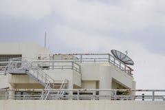 Il tetto là è scale crema e riflettori parabolici Fotografie Stock Libere da Diritti