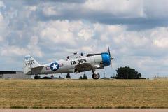 Il texano AT-6 si stacca la pista dopo l'atterraggio Fotografie Stock