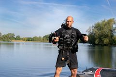 Il thrillseeker maschio, gli sport acquatici l'amante, atleta attaccato a Jet Lev, levitazione prepara volare fotografia stock