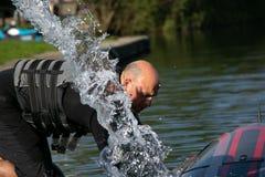 Il thrillseeker maschio, gli sport acquatici l'amante, atleta attaccato a Jet Lev, levitazione prepara volare immagine stock