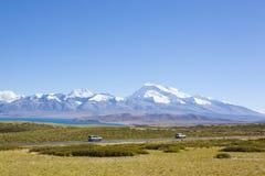 Il Tibet: SUVs che passa dal naimonanyi del supporto fotografia stock