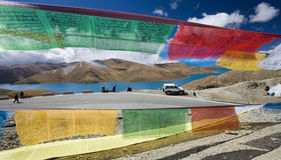 Il Tibet - Yamdrok passa-alto - bandierine di preghiera Immagini Stock
