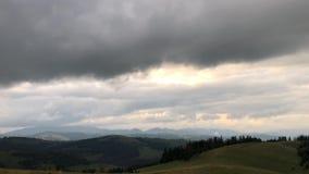 Il timelapse del paesaggio con moto veloce della tempesta si rannuvola la montagna video 4K stock footage