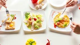 Il timelapse di vista aerea dell'uomo e della donna ha il pane tostato ed omelette della prima colazione con il salmone stock footage