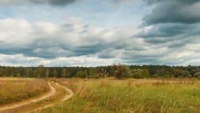 Il timelapse panoramico dell'autunno abbellisce, nuvole di pioggia sorvola il campo archivi video